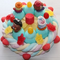 Gâteau d'anniversaire avec sujets en sucre