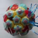 Bouquet de fleurs en bonbons bleu/jaune et fleurs bleues