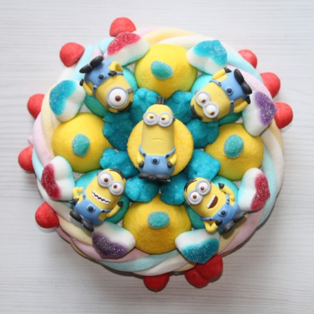 Minions en bonbons sur un gâteau de bonbons